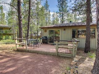 Comfortable family-friendly Sunriver retreat, dogs okay! Free SHARC access! - Sunriver vacation rentals