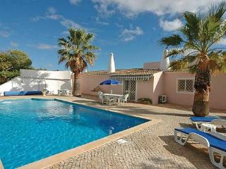 4 bedroom Villa in Quinta De Sao Pedro, Carvoeiro, Algarve, Portugal : ref 1717046 - Estombar vacation rentals