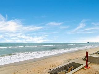 Oceanfront Condo w/ 4br's, 3.5ba's, rooftop deck/spa Designer Decorated & A/C - Oceanside vacation rentals
