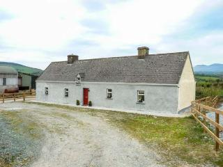 MOUNTAIN VIEW COTTAGE, open fire and solid fuel stove, all ground floor, countryside setting, Ardpatrick, Ref 929121 - Ardpatrick vacation rentals