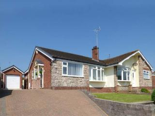 CWTCH COTTAGE spacious semi-detached bungalow, WiFi, patio, beach nearby, in Deganwy Ref 921831 - Deganwy vacation rentals