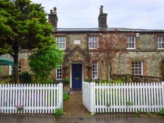 2 STATION COTTAGES, Grade II listed flint cottage, woodburner, enclosed garden, in Wymondham, Ref 936399 - Wymondham vacation rentals