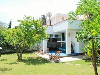 Villa a 150 metri dalla spiaggia - Torre delle Stelle vacation rentals