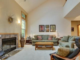 Mountain lodge w/ shared hot tub, pool & more - close to golf & skiing! - Welches vacation rentals