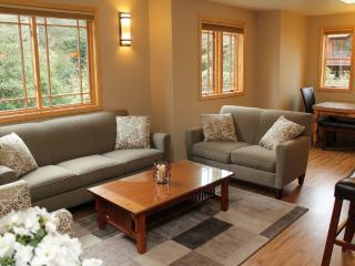WARM AND INVITING 2 BEDROOM, 1 BATHROOM APARTMENT - Seattle vacation rentals