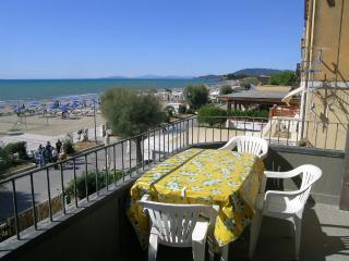 SUL LUNGOMARE appartamento al centro con terrazza - Castiglione Della Pescaia vacation rentals