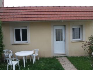 Nice small house in a private garden - Ouistreham vacation rentals
