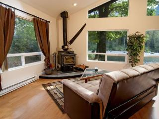 Riverfront Lodge Close to Stevens Pass, Hot Tub, Pets Ok! - Gold Bar vacation rentals