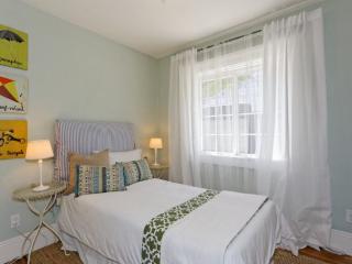 Furnished 2-Bedroom Townhouse at M.L.K. Jr Way & West St Oakland - Emeryville vacation rentals