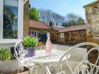 PUDDLE DUCK COTTAGE, mid-terrace, romantic,woodburner, WiFi, in Swainby, Stokesley, Ref 929402 - Stokesley vacation rentals