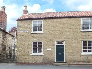 THE OLD PIPE HOUSE, semi-detached Georgian house, woodburning stove, enclosed garden, in Malton, Ref 938055 - Malton vacation rentals