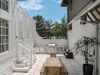 Private outdoor pool and kitchen, completely renovated in 2015, spacious and bright - Kingston - Seacrest Beach vacation rentals