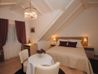 Lanterna rooms- Deluxe private double /twin - Split vacation rentals
