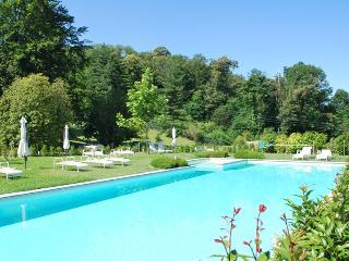 Appartamento al piano terra con giardino e piscina - Meina vacation rentals