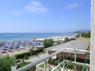 Appartamento bi-lo in 1a fila in centro vista mare - Castiglione Della Pescaia vacation rentals