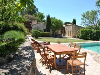 Maison de charme dans les collines provençales - La Roque sur Pernes vacation rentals