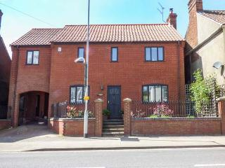 72A LONDON STREET, woodburner, central location, parking, garden, in Swaffham, Ref 923999 - Swaffham vacation rentals