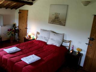 Casolare in campagna vicino siena - Red Bedroom - Orgia vacation rentals