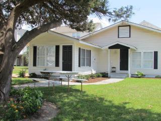 4 BDRM Cozy Beach Cottage Close to Ocean - Student, Pet and Biker Friendly! - North Myrtle Beach vacation rentals