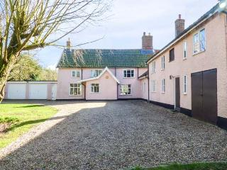 ST MICHAEL'S COTTAGE, wooden beams, woodburning stove, in rural location in Bungay Ref 22136 - Bungay vacation rentals