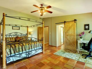Hot Tub, Pool Table, Play Set, 20 Minutes to SF! - Santa Fe vacation rentals