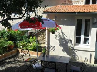 18c Holiday cottage in a quiet Limousin village. - Mailhac-sur-Benaize vacation rentals