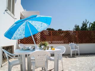 Villa Silvana a 100 metri dal mare con giardino - Marina di Mancaversa vacation rentals