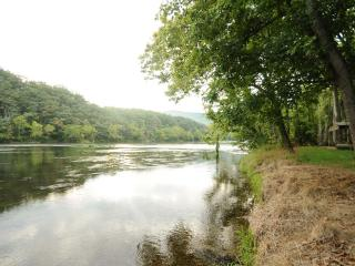Bear Bluff cabin on the Shenandoah River - Rileyville vacation rentals