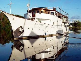 AMAZONE, A deluxe Yacht moored on the river Seine - Limay vacation rentals