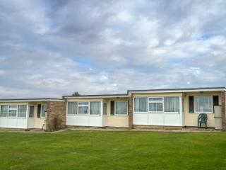2 bedroom Chalet with Parking in Hemsby - Hemsby vacation rentals