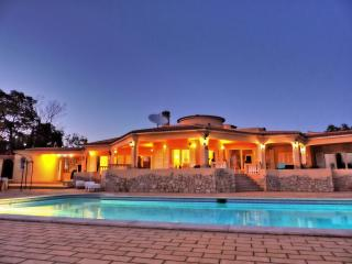 380m², 4 bed / Villa with pool and 9000m² garden - Lagoa vacation rentals