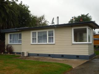 4 bedroom House with Outdoor Dining Area in Mangatainoka - Mangatainoka vacation rentals