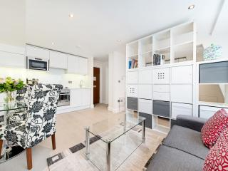 Designer studio apartment for 4 in chic Chelsea - London vacation rentals