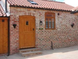 STABLE COTTAGE, single-storey, eco-friendly, romantic retreat, near Thirsk, Ref 14936 - Thirsk vacation rentals