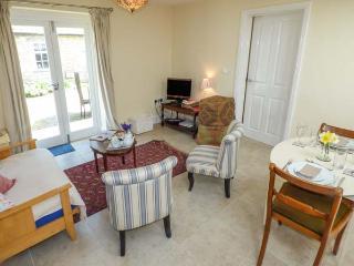 STABLE COTTAGE, pet-friendly, single-storey cottage, underfloor heating, close walking, in Hovingham Ref 21723 - Hovingham vacation rentals