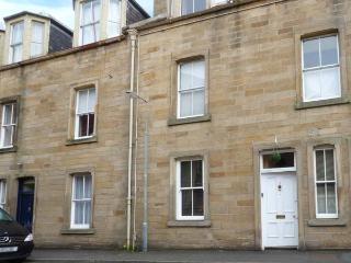3 QUEEN MARYS BUILDINGS, ground floor apartment, open plan living area, parking, shared green, in Jedburgh, Ref 905736 - Jedburgh vacation rentals