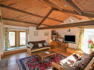 DEERCLOSE WEST FARMHOUSE, stone-built, woodburners, parking, garden, in Horsehouse, Ref 912912 - Horsehouse vacation rentals
