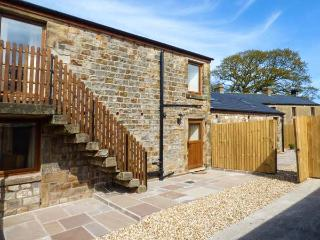 THE FURROWS, upside down cottage, private patio, WiFi, open plan, Garstang, Ref 914986 - Garstang vacation rentals