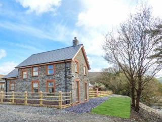 PENGEULAN, detached, woodburner, enclosed garden, hot tub, Capel Bangor, Ref 918045 - Capel Bangor vacation rentals