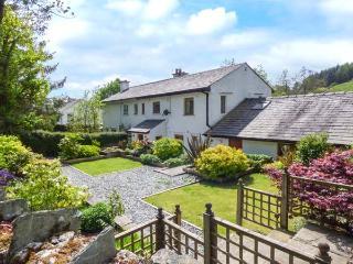 BUMBLEBEE COTTAGE, end-terrace riverside cottage, woodburner, parking, gardens, in Crosthwaite, Ref 924558 - Crosthwaite vacation rentals