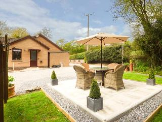 SWN Y NANT, romantic, WiFi, off road parking, private garden, bike storage, nr Tondu, Ref 927962 - Sarn vacation rentals