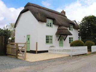 THATCHINGS, thatched cottage, multi-fuel stove, parking, garden, in Stratton, Ref 928534 - Stratton vacation rentals