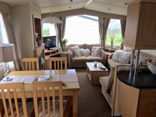 Bright 3 bedroom Caravan/mobile home in Minster on Sea with Shared Outdoor Pool - Minster on Sea vacation rentals