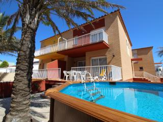 Charming 4 bedroom Empuriabrava Villa with Dishwasher - Empuriabrava vacation rentals