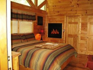 Cozy 2 bedroom Sevierville Cabin with Deck - Sevierville vacation rentals