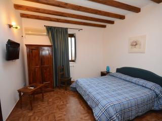 La Ferula - Camera Matrimoniale con finestra 3 - Scillato vacation rentals