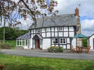 TYN-Y-CAE, Elizabethan, detached, woodburner, conservatory, parking, garden, in Shobdon, Ref 934420 - Shobdon vacation rentals