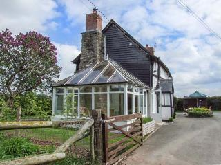 TYN-Y-CAE, Elizabethan, detached, woodburner, conservatory, parking, garden, in Shobdon, Ref 934420 - Shobdon vacation rentals
