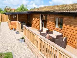 KINGFISHER LODGE, all ground floor, detached, hot tub, WiFi, pet-friendly, Brandesburton Ref 937111 - Brandesburton vacation rentals