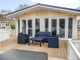 THE BOATHOUSE LODGE, private hot tub, great on-site facilities, WiFi, Tattershall, Ref 918875 - Tattershall vacation rentals